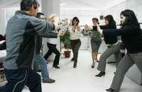 Hacer ejercicios en la oficina ayuda a mantener el ánimo de los empleados arriba. Foto:multigym.com.co