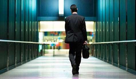 El empresario por temor a que todos quieran un aumento de sueldo, deja que el empleado bueno se vaya. Foto:forbes.com.mx