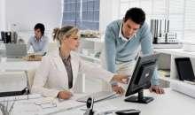 Una de las recomendaciones es que los trabajadores de oficinas se paren, hagan estiramientos y caminen. Foto:talenttools