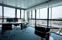 No es lo mismo trabajar a la luz de unos halógenos y un puñado de flexos de mesa que hacerlo con el sol entrando por la ventana.Foto:bcn.com