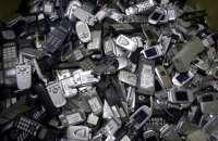 Los teléfonos son de los objetos que mejor se aprovechan en las labores de reciclaje. Foto:l1.yimg.com