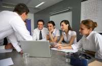 Trabajar en equipo disminuye los problemas laborales. Foto:acciondeequipos.com