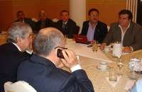 Atender llamadas, revisar el correo o chatear durante una junta es totalmente inapropiado. Foto:1.bp.blogspot.com