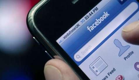 La red social agregaría un botón independiente para que los usuarios puedan compartir contenidos directamente con el servicio de mensajería. Foto:runrun.es