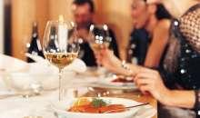 El fin de año es la época preferida de las compañías para reunir a todos sus empleados en una gran cena, brindis o agasajo. Foto:legoblogger.com