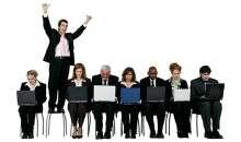 Mantener una relación fuera del trabajo puede abrir muchas puertas. Pero los especialistas aseguran que el crecimiento sólo está ligado a los méritos. Foto:actualicese.com