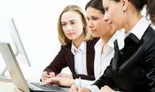 La presencia femenina es cada vez mayor en las oficinas y diferentes estudios han demostrado que las mujeres pueden ser peores que los hombres cuando actúan como victimarias. Foto:img.webdelamoda.com